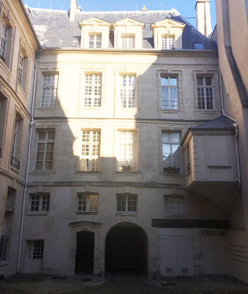 L'hôtel Le Charron : la façade sur cour du logis