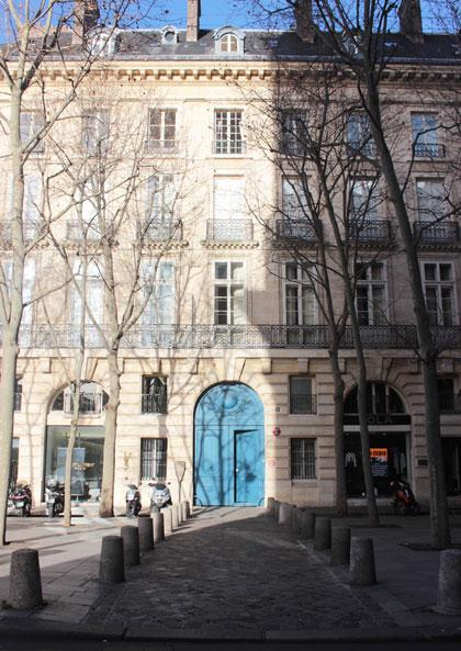 La place Saint-Sulpice : le seul immeuble construit selon le projet de Servandoni