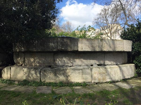 Le vestige de la prison de la Bastille, square Henri-Galli