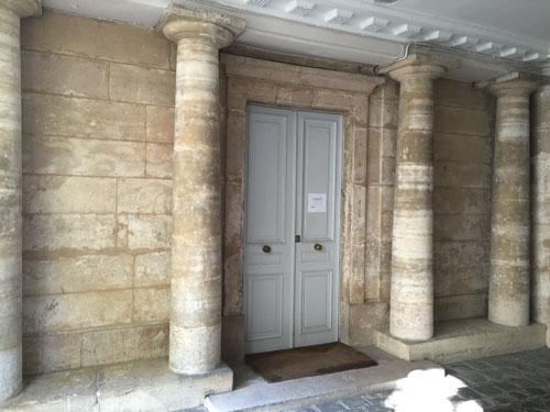 L'hôtel de Sully-Charost : les colonnes doriques soutenant le porche