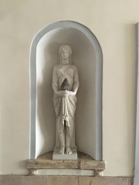 L'hôtel de Sully-Charost : statue dans le passage menant à la cour