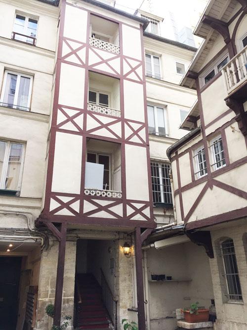 Le mur de l'immeuble habillé dans le style néo-normand