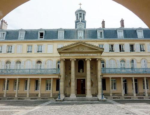 La maison de Santé des Sœurs Augustines : la chapelle précédée d'un péristyle est située au centre de la composition