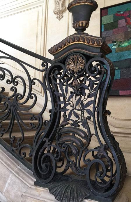Le départ de la rampe d'escalier en forme de cartel