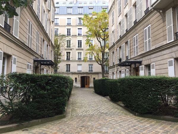 Le square Monceau vu du bout de l'allée centrale