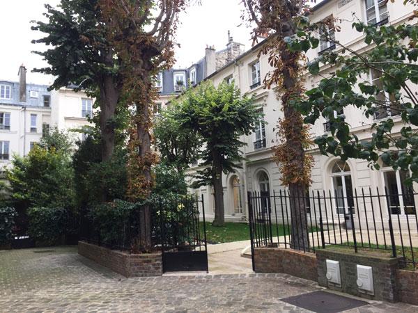 Le square Monceau : les hôtels particuliers sont dotés de petits jardins