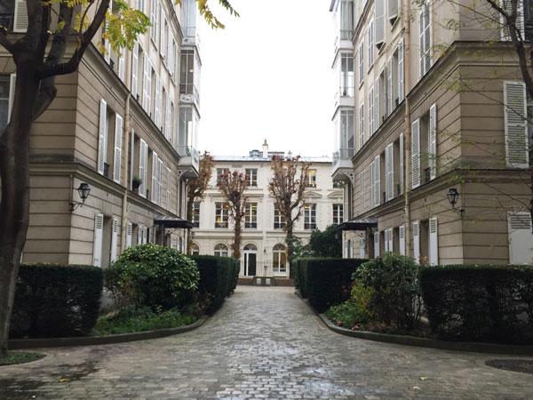 Le square Monceau : l'allée centrale