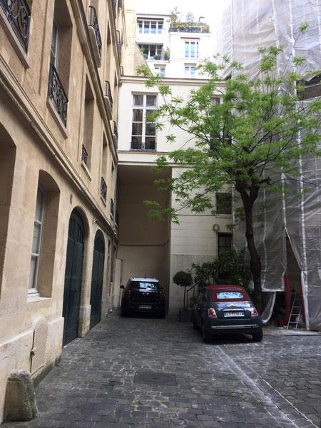 L'immeuble locatif des Théatins : la cour et à droite le grosse tour (sous bâches)