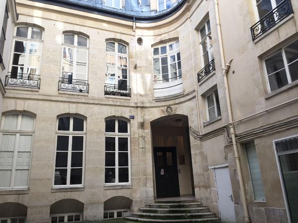 L'hôtel Barbes : le logis en fond de cour et l'aile droite