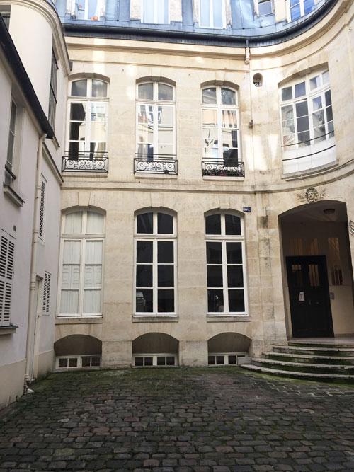 L'hôtel Barbes : le logis en fond de cour et l'entrée menant à l'escalier