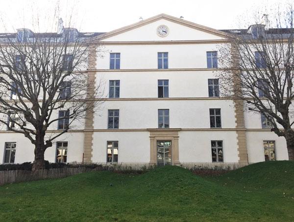 Logements dans l'ancienne caserne de Reuilly : la façade sur la place d'armes