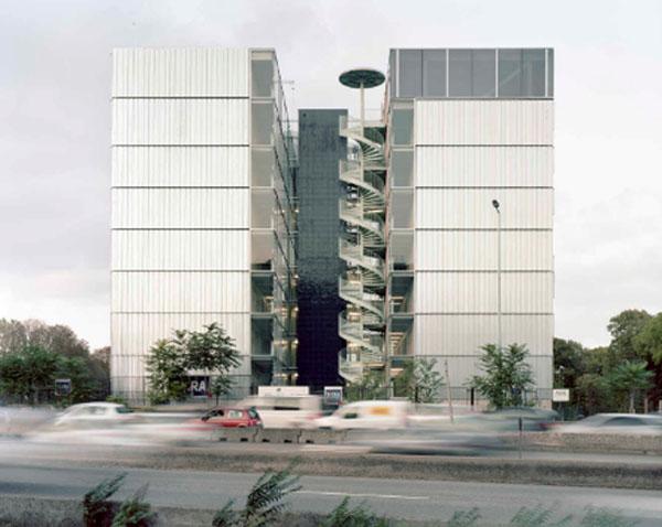 La résidence pour chercheurs Julie-Victoire Daubié : les deux parallélépipèdes séparés par un vide habité par les circulations verticales