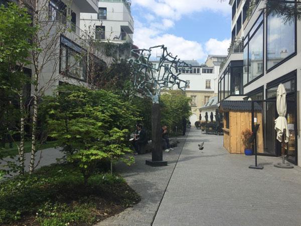 Beaupassage : la cour principale avec une forêt miniature au centre