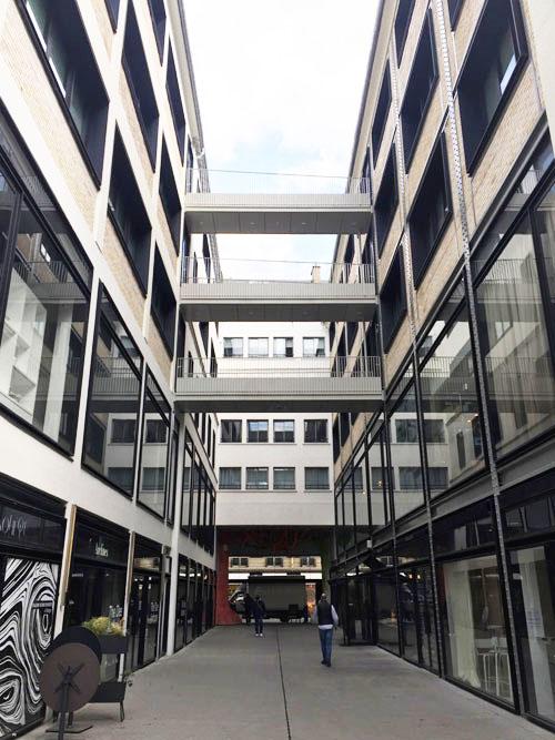 Beaupassage : l'entrée principale longe deux bâtiments industriels du début du XXe siècle