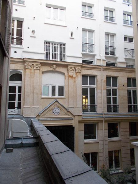 L'hôtel de Montmorency-Luxembourg - La travée centrale est reconnaissable : la baie centrale du 1er étage, diminuée de hauteur, est encadrée de pilastres ioniques doubles - L'hôtel a été surélevé de plusieurs étages