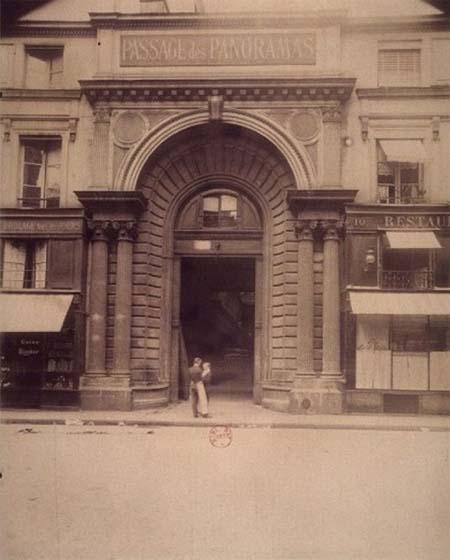 L'hôtel de Montmorency-Luxembourg : l'ancien portail devenu l'entrée du passage des Panoramas - Début du XXe siècle