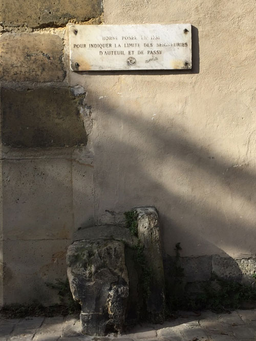 L'ancienne borne indiquant la limite entre Passy et Auteuil