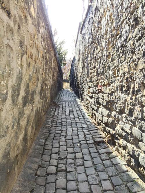La rue Berton se termine en une étroite ruelle entre deux murs