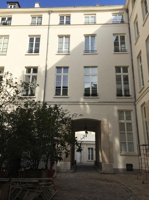 L'hôtel Dru de Montgelas : façade sur cour du logis. Au XIXe siècle, elle est percée d'un passage menant à l'ancien jardin transformé en cour industrielle