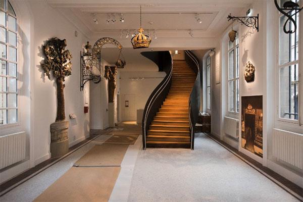 Le musée carnavalet : Escalier contemporain créé dans la salle des enseignes
